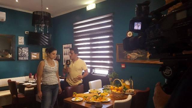 Sónia Cabrita, do Café Académico apresentando produtos gastronómicos