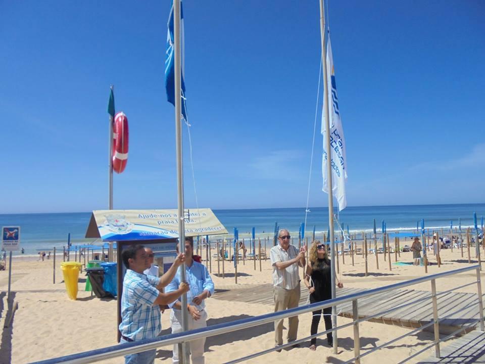 Presidente da Junta de Freguesia de Armação de Pêra, Ricardo Pinto, com o vice-presidente da Câmara de Silves, Mário Godinho e a vereadora Luísa Conduto Luís, a hastear as bandeiras